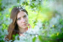 Bella ragazza con i fiori bianchi Immagini Stock