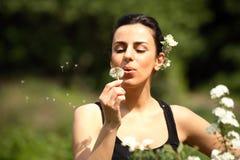 Bella ragazza con i fiori in natura Fotografia Stock