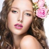 Bella ragazza con i fiori nei suoi capelli e trucco rosa Immagine della primavera Fronte di bellezza Immagini Stock Libere da Diritti
