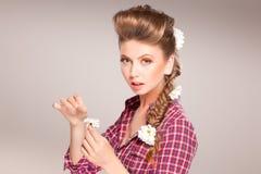 Bella ragazza con i fiori in suoi capelli Fotografie Stock