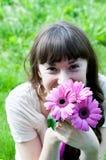 Bella ragazza con i fiori variopinti Immagine Stock