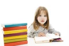 Bella ragazza con i libri di banco sulla tabella Fotografia Stock Libera da Diritti