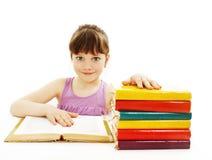 Bella ragazza con i libri di banco sulla tabella Immagine Stock
