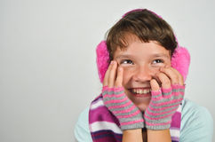 Bella ragazza con i manicotti dell'orecchio ed i guanti assettati Immagini Stock Libere da Diritti