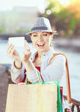Bella ragazza con i sacchetti della spesa presi immagine di se stessa Fotografia Stock