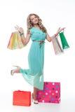 Bella ragazza con i sacchetti di acquisto fotografie stock libere da diritti