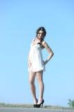 Bella ragazza con i sorrisi felici del vestito bianco immagini stock libere da diritti