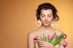 Bella ragazza con i tulipani immagine stock libera da diritti