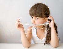 Bella ragazza con il branello bianco della perla Fotografia Stock Libera da Diritti