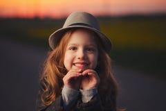 Bella ragazza con il cappello sul tramonto di sera fotografia stock