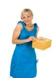 Bella ragazza con il contenitore di regalo Fotografie Stock