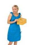 Bella ragazza con il contenitore di regalo Fotografia Stock Libera da Diritti