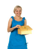 Bella ragazza con il contenitore di regalo Immagini Stock Libere da Diritti