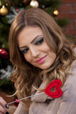 Bella ragazza con il cuore rosso Fotografie Stock