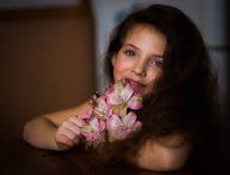 Bella ragazza con il fiore rosa lussuoso immagini stock libere da diritti