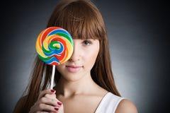 Bella ragazza con il grande lollipop Immagine Stock