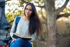 Bella ragazza con il libro all'aperto Fotografia Stock