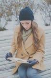 Bella ragazza con il libro sul banco di parco Immagine Stock Libera da Diritti