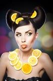 Bella ragazza con il limone delle fette come collo più di meno Fotografia Stock Libera da Diritti