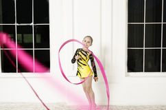 Bella ragazza con il nastro rosa di ginnastica ritmica Fotografie Stock Libere da Diritti