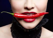 Bella ragazza con il pepe di peperoncino rosso Fotografia Stock Libera da Diritti