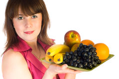 Bella ragazza con il piatto della frutta Fotografie Stock