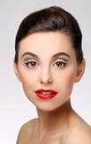 Bella ragazza con il rossetto perfetto di rosso e della pelle fotografia stock