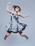 Bella ragazza con il salto del vestito da promenade felice immagini stock libere da diritti