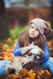 Bella ragazza con il suo cane immagini stock