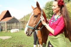 Bella ragazza con il suo cavallo fotografie stock