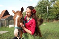 Bella ragazza con il suo cavallo fotografie stock libere da diritti