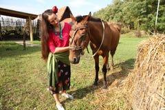 Bella ragazza con il suo cavallo immagini stock libere da diritti