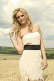 Bella ragazza con il vestito sexy bianco immagini stock libere da diritti