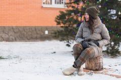 Bella ragazza con l'albero di Natale all'aperto Immagini Stock Libere da Diritti