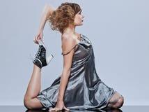 Bella ragazza con l'allungamento duttile del vestito da promenade Immagini Stock