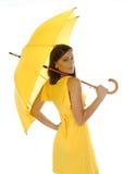 Bella ragazza con l'ombrello giallo fotografie stock libere da diritti