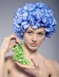 Bella ragazza con l'uva verde Fotografia Stock Libera da Diritti