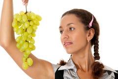 Bella ragazza con l'uva verde immagini stock