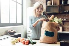 Bella ragazza con la borsa dalla drogheria Alimento sano immagine stock