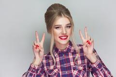 Bella ragazza con la camicia a quadretti rosa, updo raccolto hairsty immagine stock libera da diritti