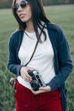 Bella ragazza con la macchina fotografica all'aperto Fotografie Stock