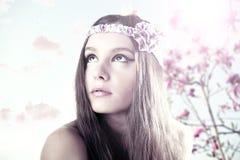 Bella ragazza con la magnolia dei fiori Fotografia Stock Libera da Diritti