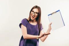 Bella ragazza con la matita e la carta che pensa a qualcosa Fotografie Stock Libere da Diritti
