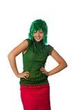 Bella ragazza con la parrucca verde su bianco immagine stock