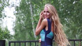Bella ragazza con la peluche molto lunga dei capelli stock footage