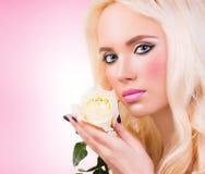 Bella ragazza con la rosa di bianco Fotografie Stock Libere da Diritti