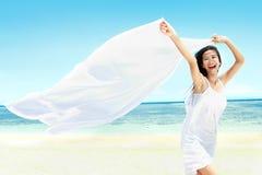 Bella ragazza con la sciarpa bianca sulla spiaggia immagini stock