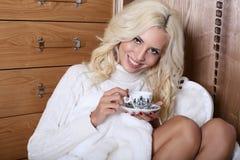 Bella ragazza con la tazza di tè Fotografia Stock