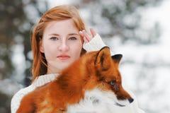 Bella ragazza con la volpe rossa sulla passeggiata Immagini Stock Libere da Diritti
