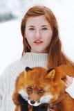 Bella ragazza con la volpe rossa sulla passeggiata Fotografie Stock Libere da Diritti